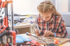 Geconcentreerd meisje in lichte workshop Royalty-vrije Stock Afbeelding