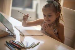 Geconcentreerd op haar thuiswerk stock afbeelding