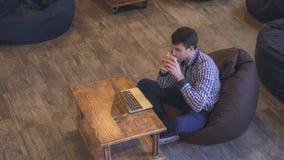 Geconcentreerd op het werk van een mens die op de telefoon spreken en bij zijn laptop werken royalty-vrije stock foto's