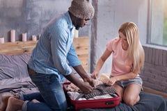 Geconcentreerd paar die voor een vakantie voorbereidingen treffen stock foto