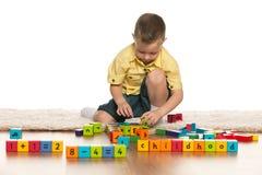 Concentreerde weinig jongen met speelgoed op de vloer Royalty-vrije Stock Fotografie
