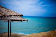 Geconcentreerd Zondeksel over Mooie Kustlijn met Gorgeussea-het vertroebelen in de hemel Verbazend strand met een verbazingwekken stock foto's