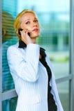 Geconcentreerde bedrijfsvrouw die op mobiel spreekt Royalty-vrije Stock Fotografie