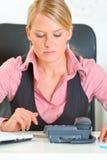 Geconcentreerde bedrijfsvrouw die telefoongesprek verwacht Royalty-vrije Stock Fotografie
