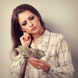 Geconcentreerde denkende bedrijfsvrouw denken die waar geld investeer Stock Fotografie