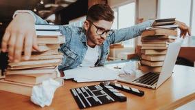 Geconcentreerde Freelance Schrijver Working bij Bureau stock afbeelding