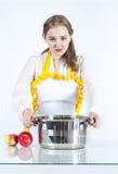 Geconcentreerde gezinshulp in keuken royalty-vrije stock afbeelding