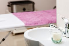 Geconcentreerde gootsteen met kaars in beautician spa salon royalty-vrije stock afbeelding