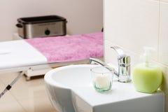 Geconcentreerde gootsteen met kaars in beautician spa salon royalty-vrije stock foto's