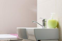 Geconcentreerde gootsteen met kaars in beautician spa salon stock afbeelding