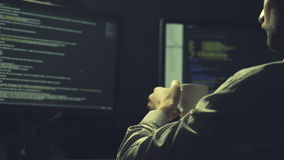 Geconcentreerde hakker die een gegevensbestand barsten stock video