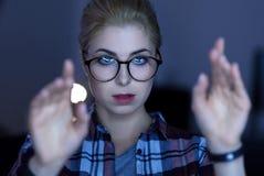 Geconcentreerde jonge IT meisjes testende technologieën van de toekomst Stock Foto