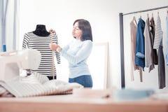 Geconcentreerde kleermaker tijdens het meten van kleren royalty-vrije stock foto's