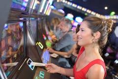 Geconcentreerde meisje het spelen gokautomaten royalty-vrije stock afbeelding