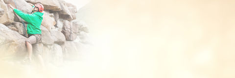 Geconcentreerde mens die een groot rotsgezicht beklimmen Stock Foto