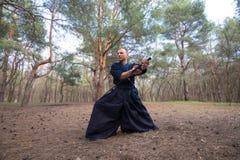 Geconcentreerde mens met een Japans zwaard, een katana die Iaid uitoefenen Royalty-vrije Stock Foto