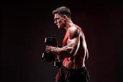 Geconcentreerde spiermens die oefening met domoor doen Stock Fotografie