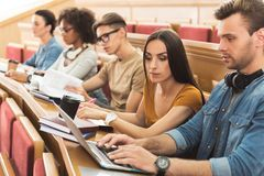 Geconcentreerde studenten die in universiteit samen bestuderen royalty-vrije stock foto's
