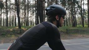 Geconcentreerde zekere fietser berijdende fiets in het park De partij volgt schot Het cirkelen concept stock video