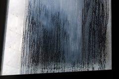 Gecondenseerd stromend water op het vensterglas of stoom na heav royalty-vrije stock foto's