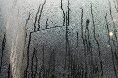Gecondenseerd stromend water op het vensterglas of stoom na heav stock afbeeldingen