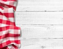 Gecontroleerd picknicktafelkleed op witte houten lijst royalty-vrije stock foto's