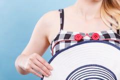 Gecontroleerde kleding, rode knopen en zonhoed Royalty-vrije Stock Fotografie