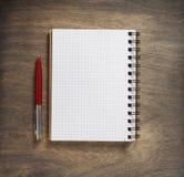 Gecontroleerde notitieboekje en pen Royalty-vrije Stock Fotografie