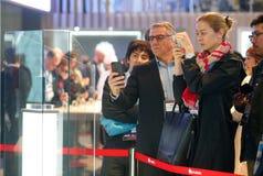 Gecrediteerd bezoekersbeeld nieuwe vouwbare mobiel van Huawei op MWC 2019 wijd royalty-vrije stock foto