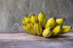 Gecultiveerde banaan of Kluai Nam Wa in Thai op hout royalty-vrije stock afbeeldingen