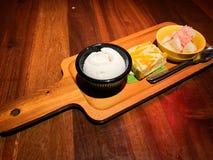 Gedämpfter Kürbis mit reicher Vanillepuddingkokosnuß u. Milch hölzerner Servierplatte lizenzfreie stockfotos