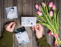 Gedächtniskonzept, mother's Tag Familienfotos in den Mannhänden und stockbilder