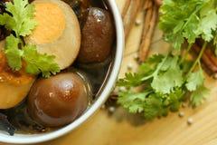 Gedämpfte Eier und braune Soße des Schweinefleisch in der weißen Schüssel Stockbilder