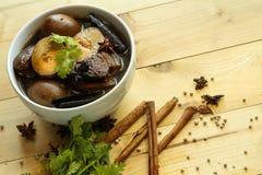 Gedämpfte Eier und braune Soße des Schweinefleisch in der weißen Schüssel Lizenzfreies Stockfoto