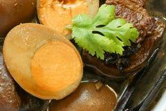 Gedämpfte Eier und braune Soße des Schweinefleisch in der weißen Schüssel Stockfoto