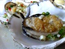 Gedämpfte frische Austern mit Knoblauch Stockfotografie