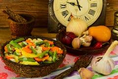 Gedämpfte Gemüsekartoffeln, Karotten, Mais, grüne Bohnen und onio lizenzfreies stockbild