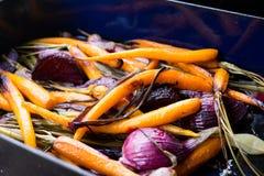 Gedämpfte Karotten und purpurrote Zwiebel Stockfoto
