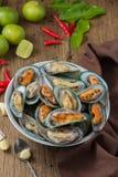 Gedämpfte Miesmuscheln mit würzigem Meeresfrüchtedip Stockfoto