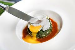 Gedämpfte Nessel mit Butter, Käse und poschiertem Ei lizenzfreie stockfotos