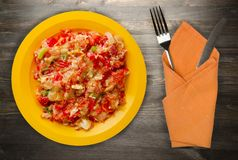 Gedämpfte Tomaten mit Zwiebeln in einer Platte auf einem hölzernen Hintergrund Lizenzfreie Stockfotos