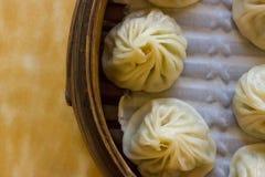 Gedämpfte Xiao Long Bao-Mehlklöße essfertig! stockbild