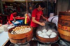 Gedämpfter Brötchenlebensmittelstall in Chinatown, Kuala Lumpur, Malaysia lizenzfreie stockbilder