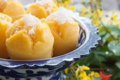 Gedämpfter Kürbis-Kuchen-thailändischer Nachtisch - Zapfen Kanom Fak Stockfoto
