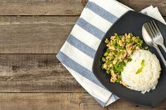 Gedämpfter Reis mit angebratenem gehacktem Huhn, langer Bohne und heiligem Basilikum Lizenzfreies Stockfoto