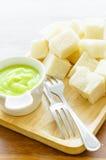 Gedämpftes Brot mit pandan Vanillepuddingsoße stockfotos