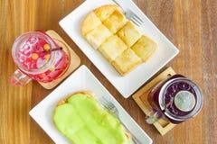 Gedämpftes Brot mit pandan Vanillepuddingsoßenmilch Creme und ras Stockbilder