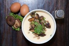 Gedämpftes Ei verziert mit Gemüse, Pilz lizenzfreie stockbilder