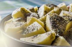 Gedämpftes, gekochtes Huhn mit Kartoffeln bereitete sich für das Mittagessen oder dinne vor lizenzfreie stockfotos