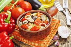 Gedämpftes Gemüse im keramischen Topf Lizenzfreies Stockbild